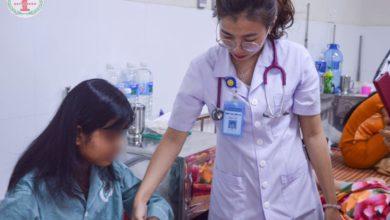 Bác sĩ thăm khám Bệnh nhân tại Khoa Vảy nến – Tự miễn Bệnh viện Phong – Da liễu TW Quy Hòa