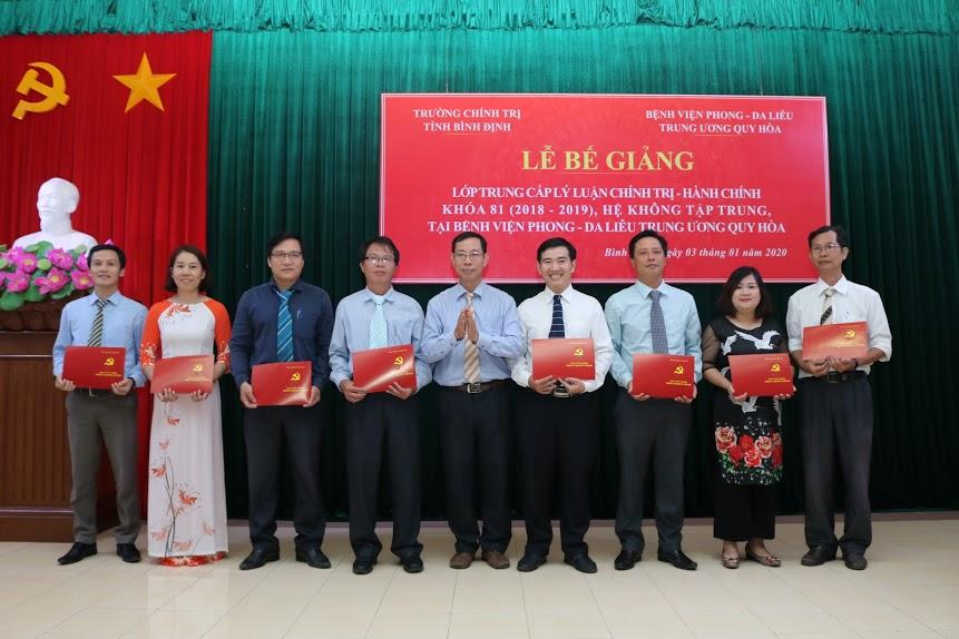Đồng chí Trần Hoài Sơn, Phó Hiệu trưởng Trường Chính trị tỉnh Bình Định trao bằng tốt nghiệm cho các học viên