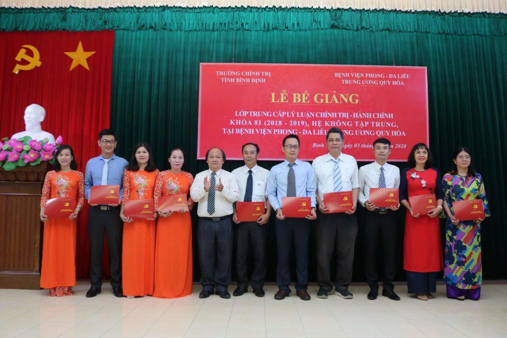 Đồng chí Phan Văn Huệ - Hiệu trưởng Trường Chính trị tỉnh Bình Định trao bằng tốt nghiệp cho các học viên