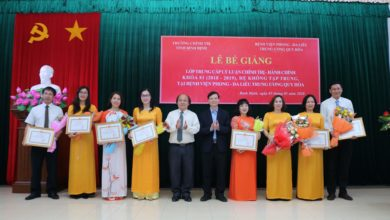 Đồng chí Phan Văn Huệ, Hiệu trưởng Trường Chính trị tỉnh Bình Định và đồng chí Vũ Tuấn Anh, Giám đốc Bệnh viện tặng Giấy khen cho các học viên đạt thành tích cao trong học tập và rèn luyện