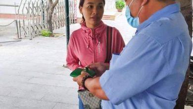 Chị Trương Thị Hồng Vân nhận lại chiếc ví bị đánh rơi.
