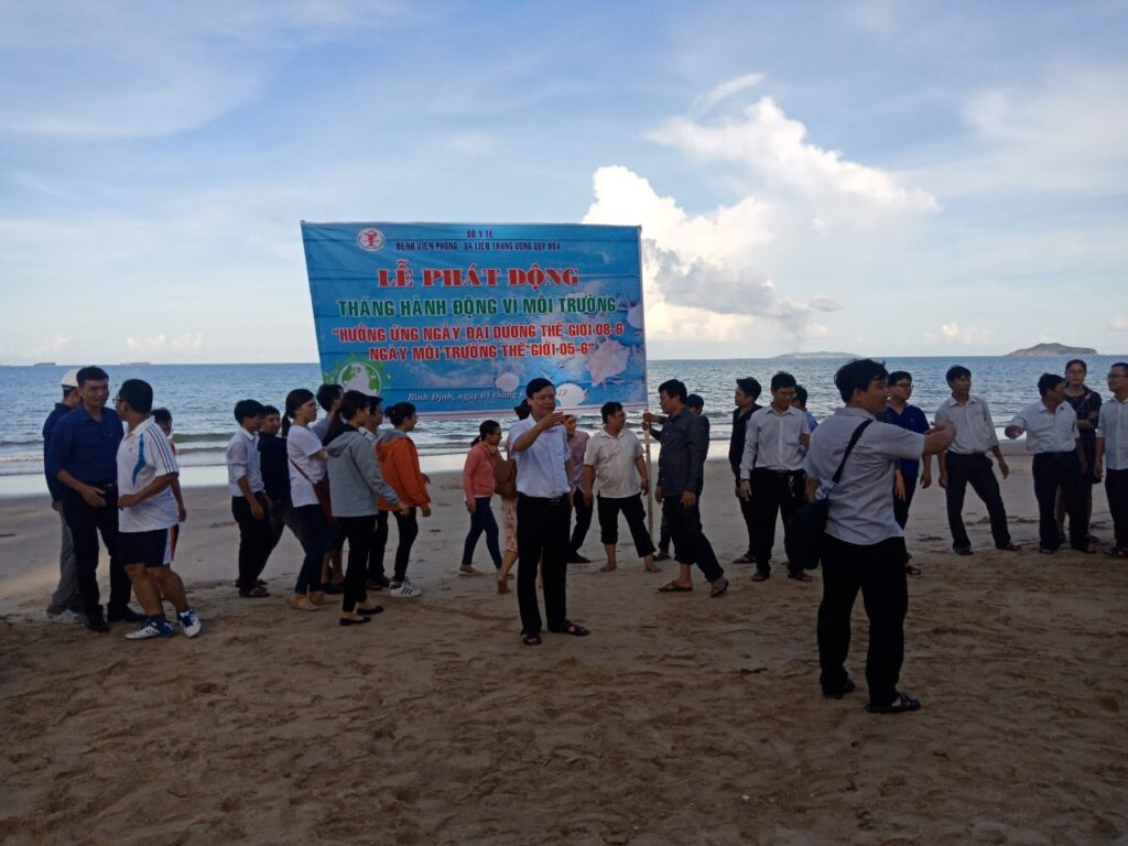 Ảnh Lãnh đạo Bệnh viện cùng nhân viên khoa phòng và thanh niên thu gom rác thải nhựa dọc bãi biển Quy Hòa